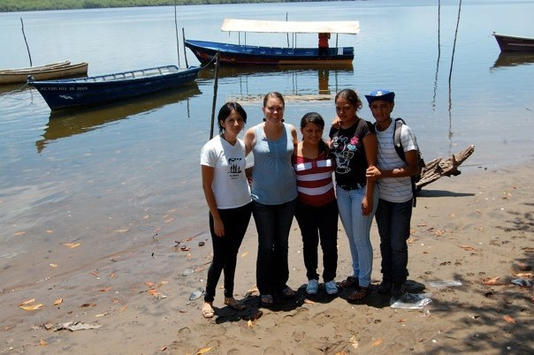 Tricia Johnson with Viva Fund youth and Gloria from the Mangrove Association in Puerto Triunfo.